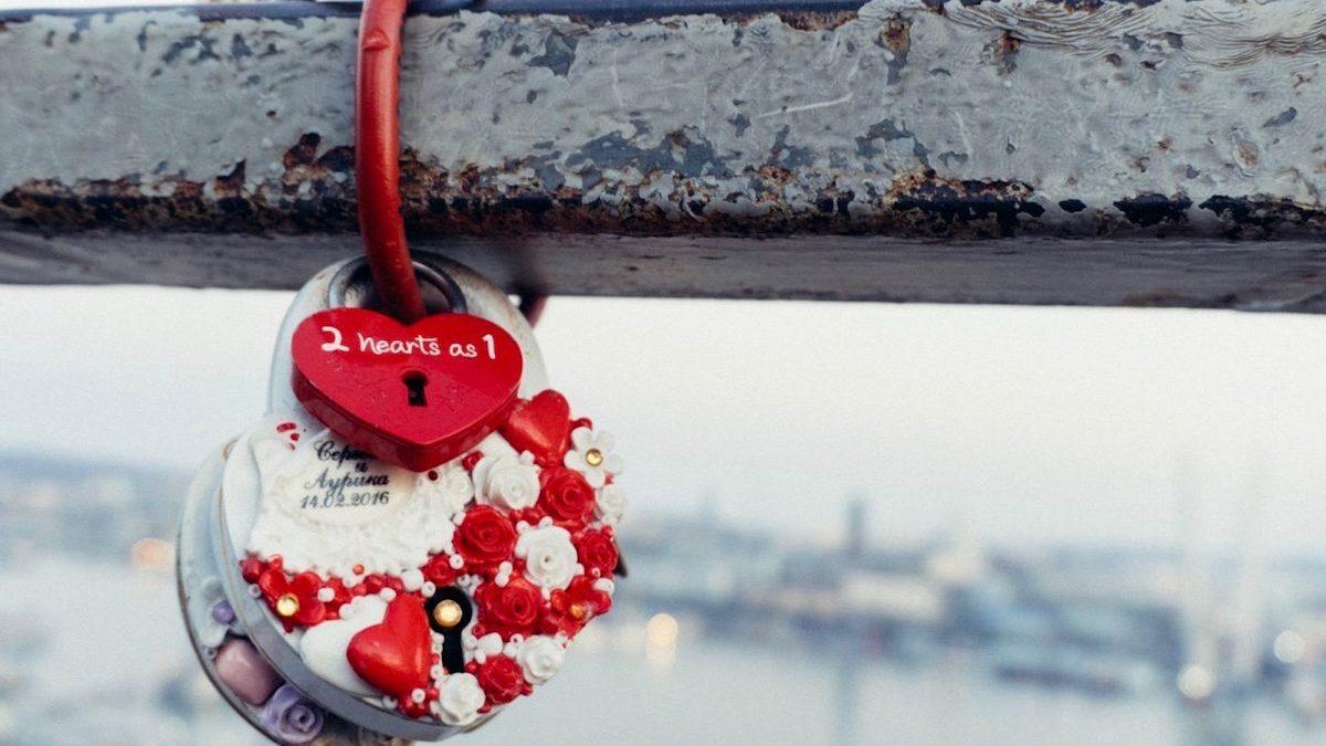 「皇子神社」あの有名な恋愛映画のロケ地! ブランコと南京錠がトレードマークの新しい恋の巡礼地!