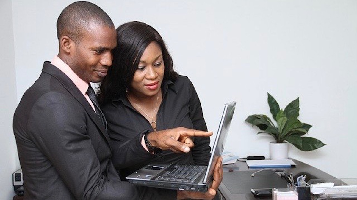 ストレスフルな職場で同僚と恋に落ちる方法